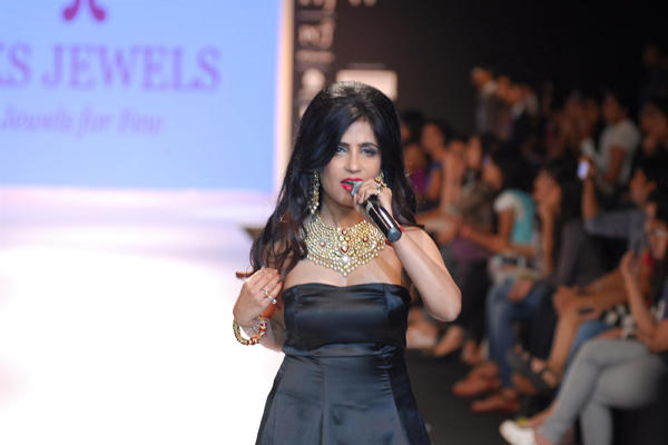 Singer Shibani Kashyap Performs On The Ramp During The Aks Jewels Show At IIJW 2014