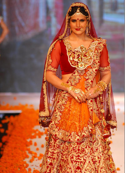 Zarine Khan Looked Stunning In A Bridal Wear At IIJW 2014