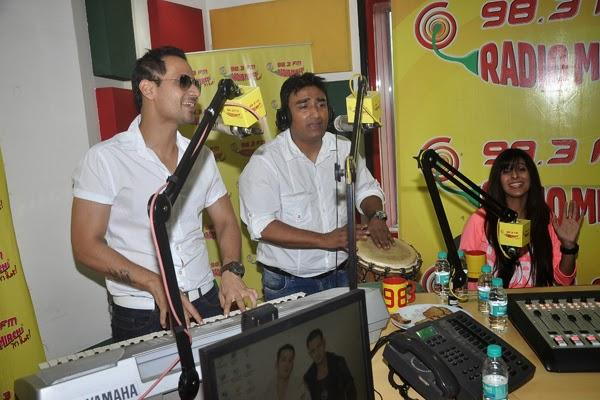 Manmeet And Anjjan Sing Pink Lips Song At Radio Mirchi