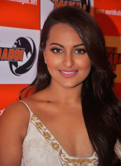 Sonakshi Sinha Sweet Smiling Pose During The Announcement Of WKL 2014