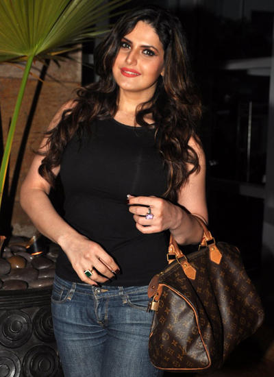 Zarine Khan Posed With A Bag Stylish Look Snapped At Mumbai