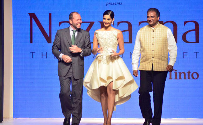Sonam Kapoor Mesmerizing Look At IIJW 2014 In Mumbai