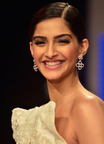 Sonam Kapoor Sweet Smiling Look On Day 3 At IIJW 2014