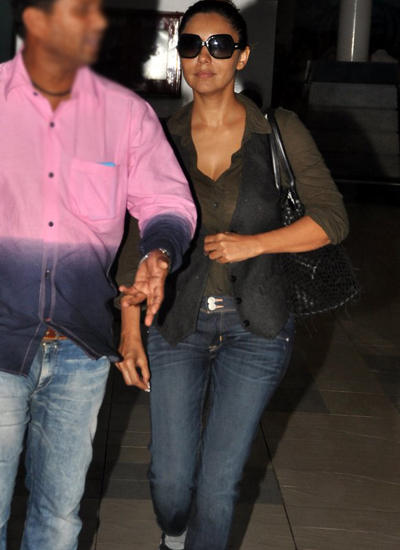 Gauri Looks Cool In A Gray Shirt With Jacket And Denims At Airport