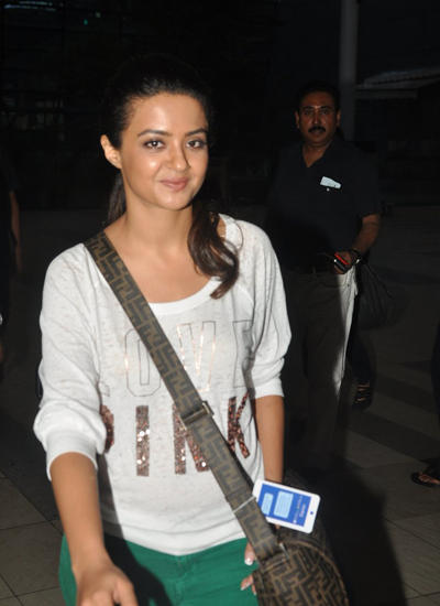 Surveen Chawla Spotted At Mumbai Airport Wearing Green Jeans And A White T-Shirt