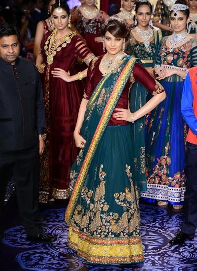 Bipasha Basu Sizzles The Ramp At IIJW 2014 For Designer Neeta Lulla