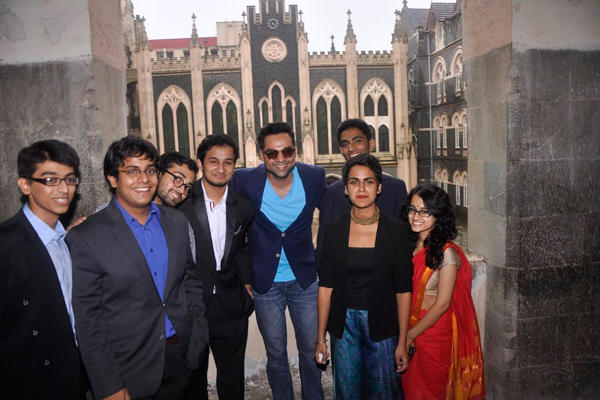 Abhay Deol Interact With The Students And Pose With Them For Photo Shoot