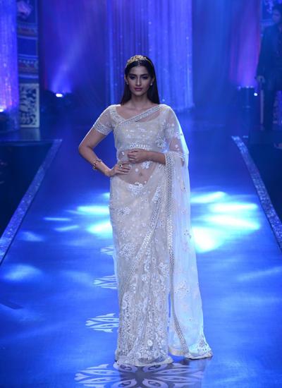 Sonam Kapoor Showstopper For Designer Neeta Lulla At IIJW 2014 Grand Finale