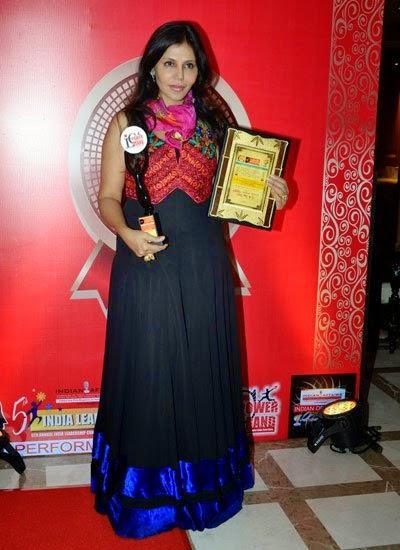 Nisha Jamwal Pose With Award At India Leadership Conclave In Hilton