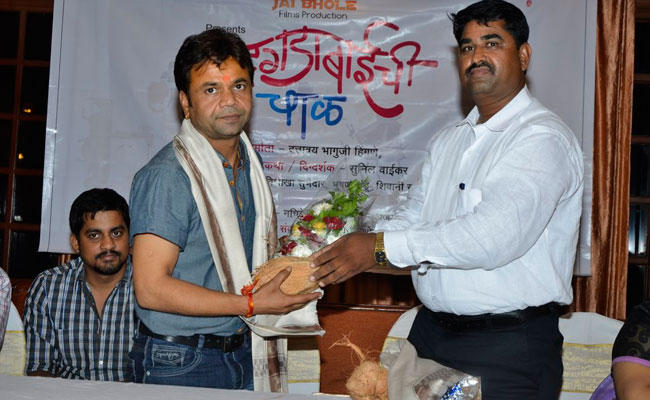 Rajpal Yadav Posed With A Bouquet At Dagdabai Chi Chawl Film Launch Event