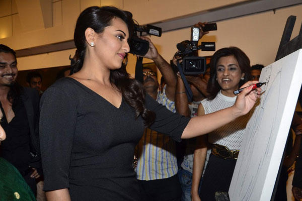 Sonakshi Sinha Drawing A Sketch At Jehangir Art Gallery
