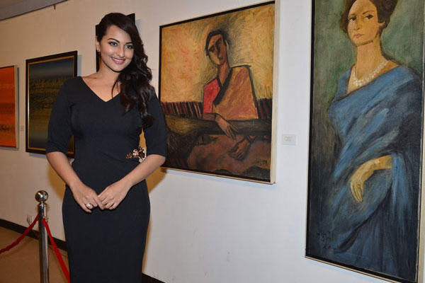Sonakshi Sinha Pays Tribute To Artist Prafula Dhanukar At Jehangir Art Gallery