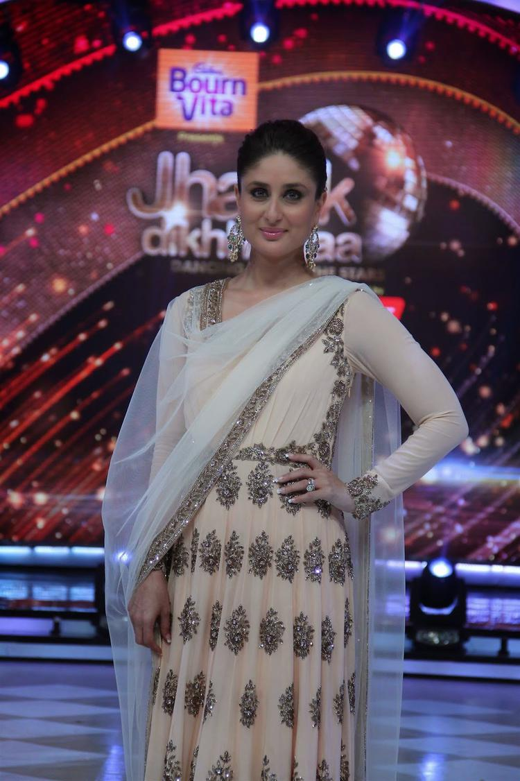 Kareena Kapoor Khan Stunning Look During The Promotion Of Singham Returns On The Sets Of Jhalak Dikhhla Jaa 7