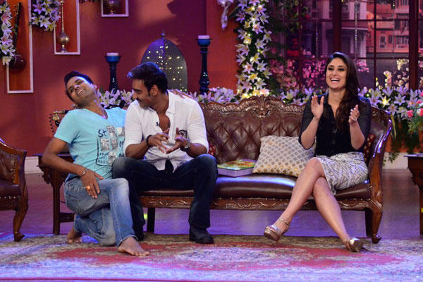 Ajay And Kareena Cool With A Fan On The Sets Of Comedy Nights With Kapil