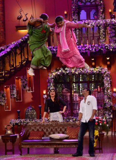 Ali Aerial Fight With Kiku And Ajay, Kareena Enjoy It On The Sets Of CNWK