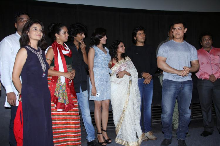 Aamir Khan Pose With Saturday Sunday Cast At It's Special Screening Shutterbug