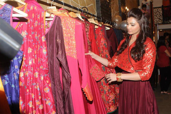 Daisy Shah Models For Designers At The Winter Festive 2014