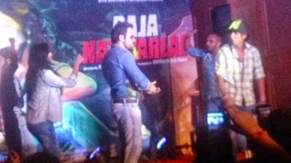 Emraan Hashmi Dance With His Fans On Flip Your Collar Back Song At  Raja Natwarlal Promotional Event
