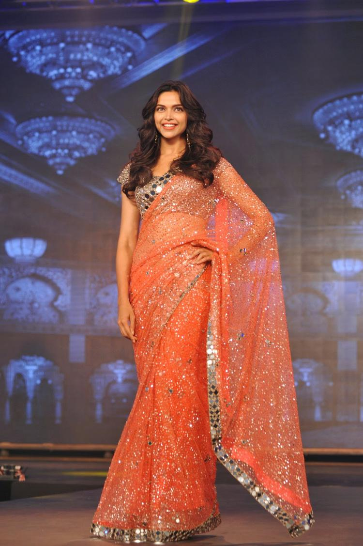 Deepika Padukone Walks For Manish Malhotra At The Happy New Year Trailer Launch