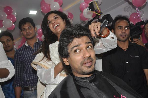 Richa Chadda Dressing Nikhil Dwivedi Hair During The Promotion Of Tamanchey