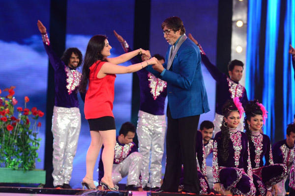 Big B Shook His Legs With Contestants At KBC 2014 Grand Premiere