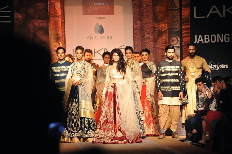 Jacqueline Fernandez Poses With A Group Of Models On The Ramp