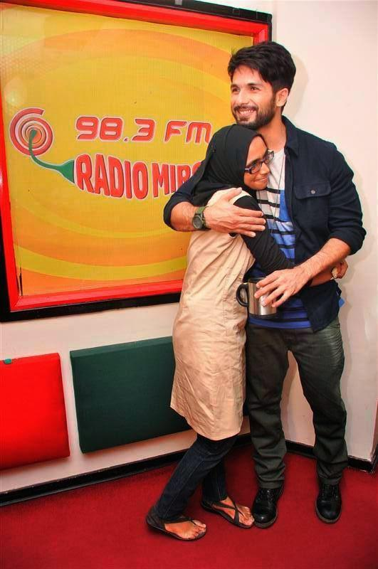 Shahid Hug A Crazy Fan At Radio Mirchi 98.3 FM During Haider Promotion