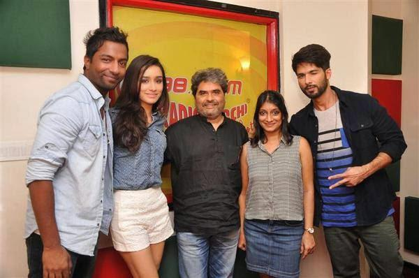Shraddha,Shahid And Director Vishal Click With Their Fans At Radio Mirchi 98.3 FM