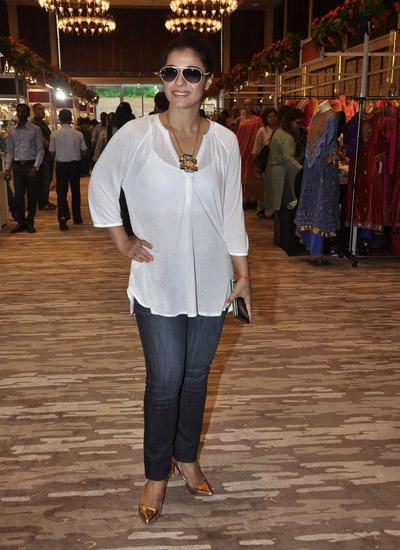 Kajol Devgan Stylish Look During Araaish Exhibition In Four Season