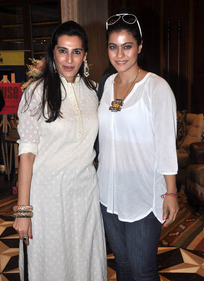 Mana Shetty Posed With Kajol Devgan During Season 4 Araaish Exhibition