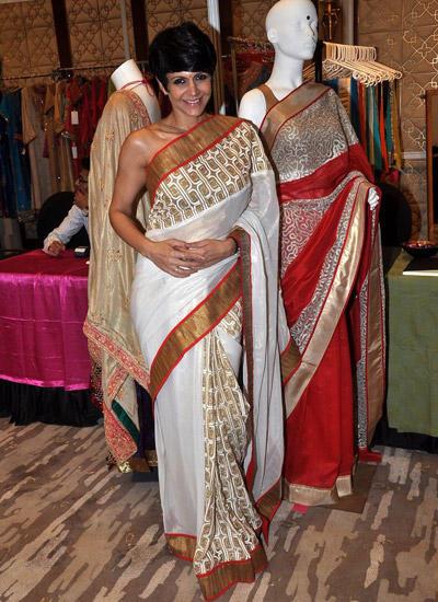Mandira Bedi Cool Smiling Pose During The Season 4 Araaish Exhibition