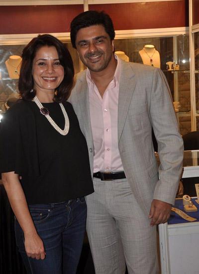 Neelam Kothari With Hubby Samir Soni Graced At Araaish Exhibition In Four Season