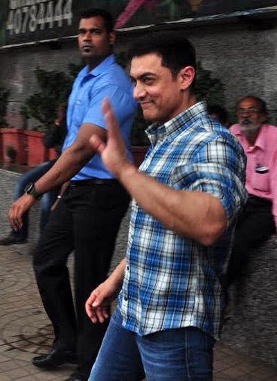Aamir Khan Waves Hand For Fans At Satyamev Jayate Season 3 Launch Event