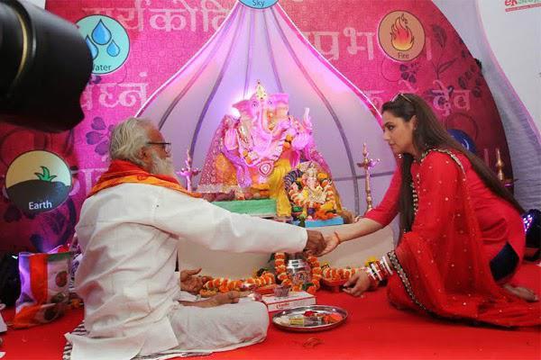 Rani Mukerji Offers Prayers During Ganesh Utsav