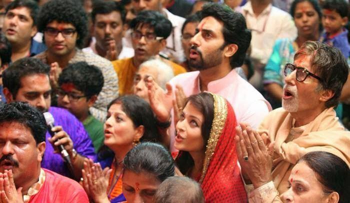 Abhishek,Aishwarya And Amitabh Sing Aarti For Lalbaugcha Raja