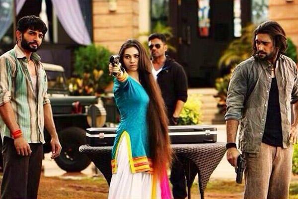 Sasha Agha Posed With A Gun And Jay Bhanushali,Akhil Kapur,Sunil Shetty Posed On The Sets Of Desi Kattey Movie