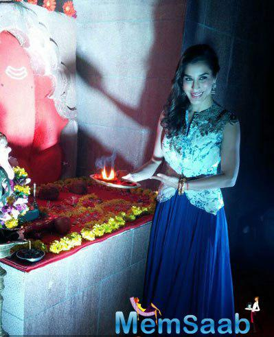 Sophie Choudry Posed With Aarti At Lodha Ganpati Pandal On The Occasion Of Ganesh Chaturthi