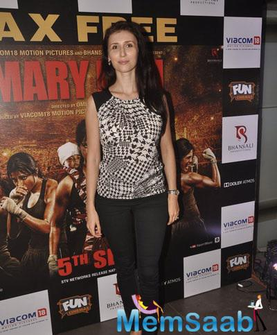 Stunning Claudia Ciesla Strike A Pose For The Photogs At Mary Kom Movie Screening