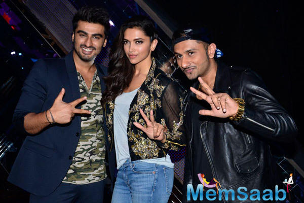 Arjun Kapoor,Deepika Padukone And Yo Yo Honey Singh Posed For Camera During The Promotion Of Finding Fanny On The Sets Of India's Raw Star