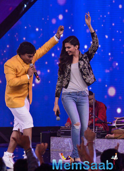 Deepika Padukone Showed Her Few Dance Moves With A Contestant On Stage