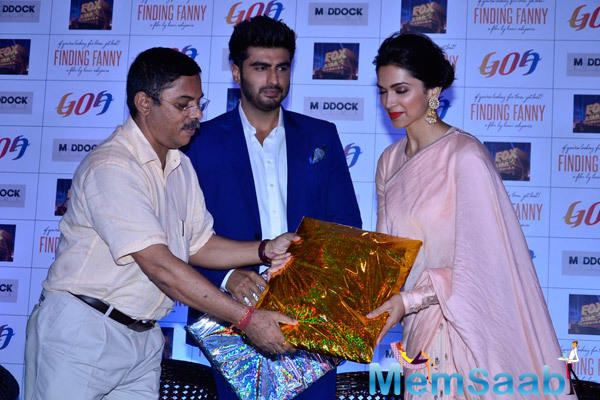 Deepika And Arjun Receives Gifts During The Promotion Of Finding Fanny At Goa Tourism Event