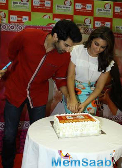 Aditya Roy Kapur And Parineeti Chopra Cut The Cake During The Promotion Of Daawat-E-Ishq At Radio Mirchi