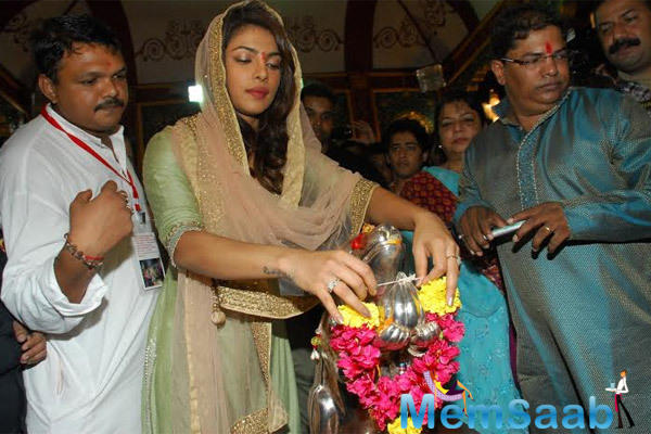 Priyanka Chopra Offering Flowers To The Ganapati At Andheri Cha Raja
