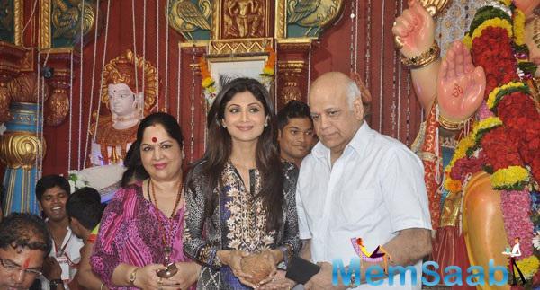 Shilpa Poses With Her Parents At Andheri Cha Raja Ganpati