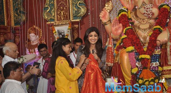 Shilpa Shetty Offering Prayers To Andheri Cha Raja Ganpati In Mumbai