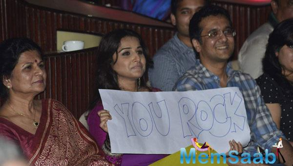 Vidya Balan Holding A Board Reads You Rock At Charity Music Concert