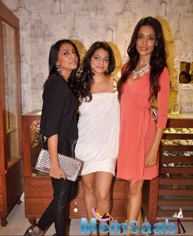 Sarah Jane Dias Posed With Friends During Designer Bansri Mehta Jewellery Show