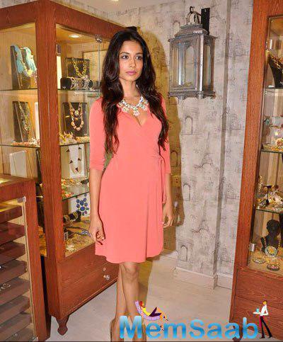 Sarah Jane Dias Strikes A Pose At Designer Bansri Mehta Jewellery Show