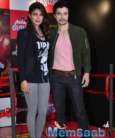 Priyanka Chopra And Darshan Kumaar Posed With Camera At Reliance Outlet Mumbai During The Promotion Of Mary Kom