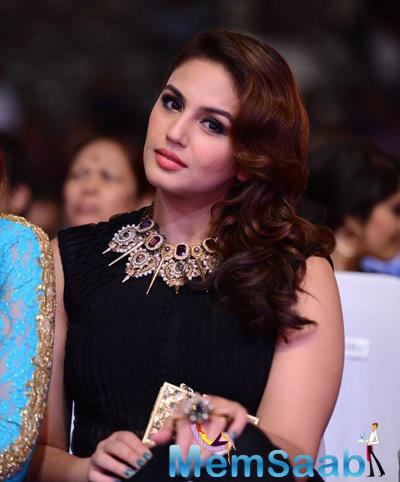 Huma Posed For The Photogs In A Beautiful Ridhi Mehra Creation At Day 1 Of SIIMA Awards 2014